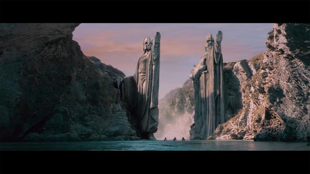 """Pillars of Kings © copie d'écran tirée du film """"Le Seigneur des anneaux : la communauté de l'anneau"""" de Peter Jackson / New Line Cinema"""