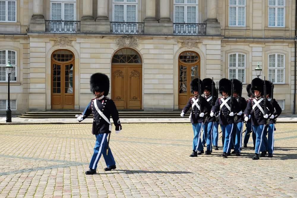Relève de la garde à Copenhague ©Etpourtantelletourne.fr
