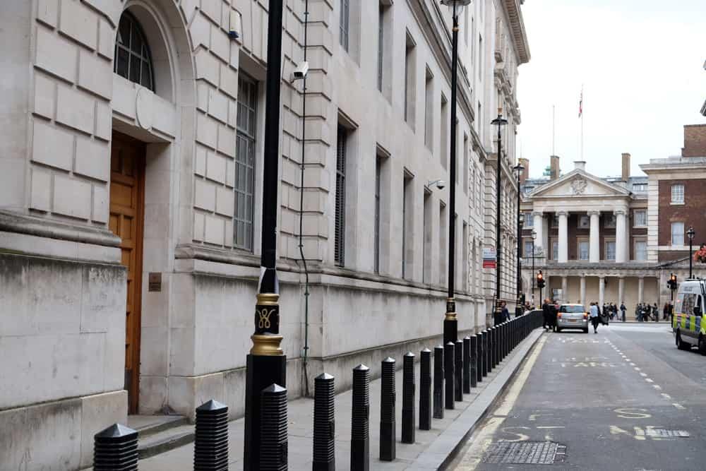 Lieux de tournage Harry Potter à Londres - entrée ministère de la magie / cabine téléphonique rouge ©Etpourtantelletourne.fr
