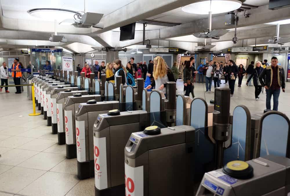 Lieux de tournage Harry Potter à Londres - station métro Westminster ©Etpourtantelletourne.fr