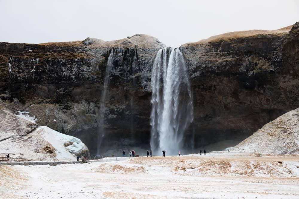 Islande en hiver La cascade Seljalandsfoss ©Etpourtantelletourne.fr