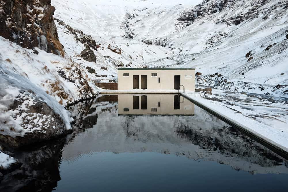 Islande en hiver source eau chaude Seljavallalaug ©Etpourtantelletourne.fr