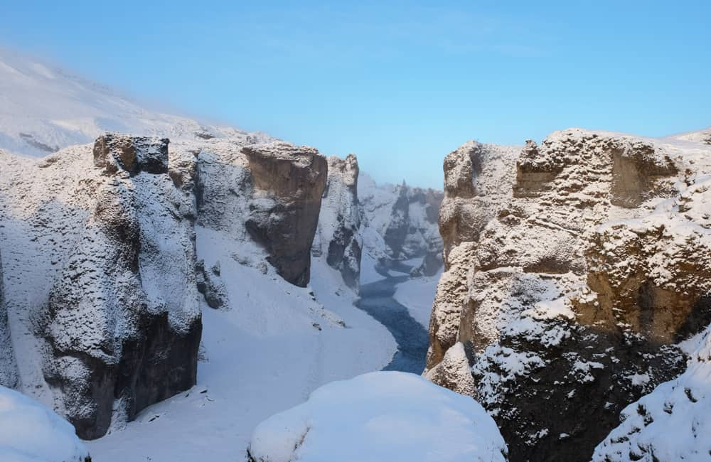 Islande en hiver le canyon Fjaðrárgljúfur sous la neige ©Etpourtantelletourne.fr