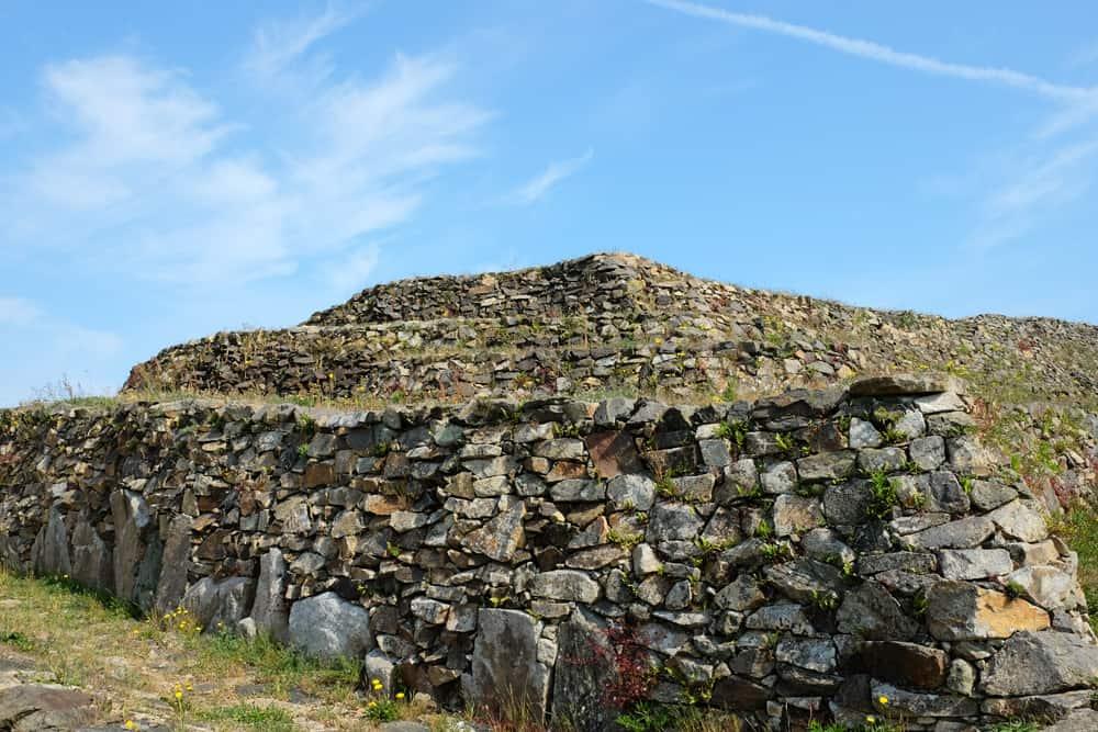 Le grand cairn de Barnenez Finistère ©Etpourtantelletourne.fr