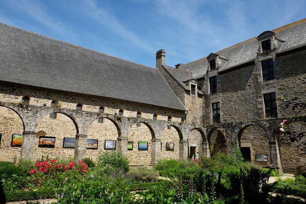 Le Cloître de l'abbaye de Léhon ©Etpourtantelletourne.fr