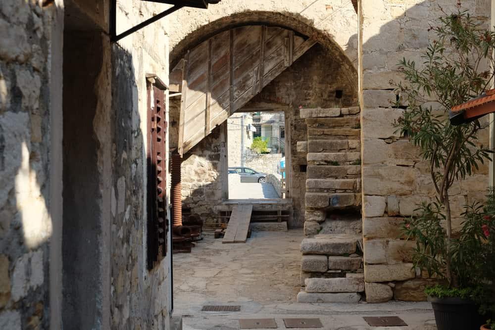 Itinéraire sur les lieux de tournage de Game of Thrones en Croatie - Kastel Gomilica - Arya - Braavos ©Etpourtantelletourne.fr