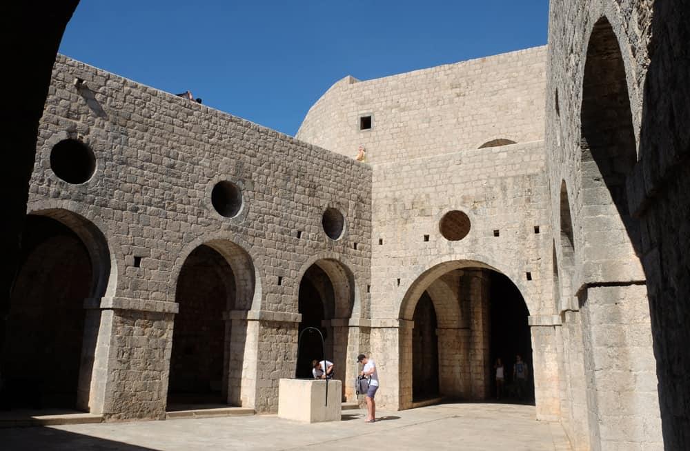 Cour du Fort Lovrijenac Dubrovnik ©Etpourtantelletourne.fr
