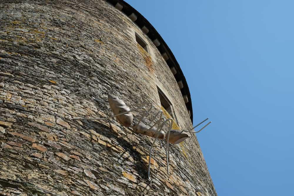 Visite du château de Châteaugiron : la fourmi géante de Marc Georgeault ©Etpourtantelletourne.fr