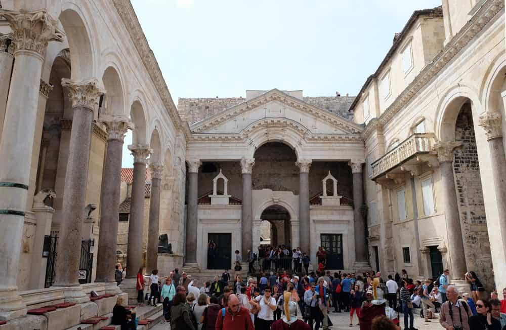 Visiter Split en Croatie le Peristyle place centrale du Palais ©Etpourtantelletourne.fr