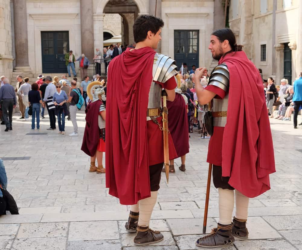 Visiter Split en Croatie soldats romains uniforme ©Etpourtantelletourne.fr