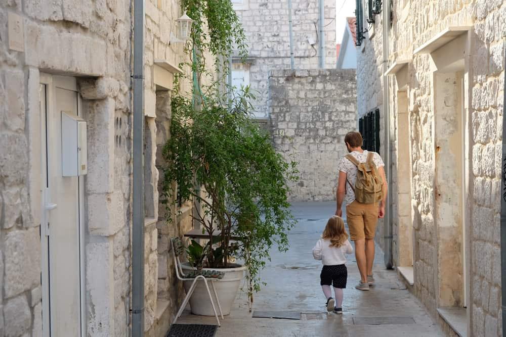 Dans les rues de Trogir en Croatie ©Etpourtantelletourne.fr