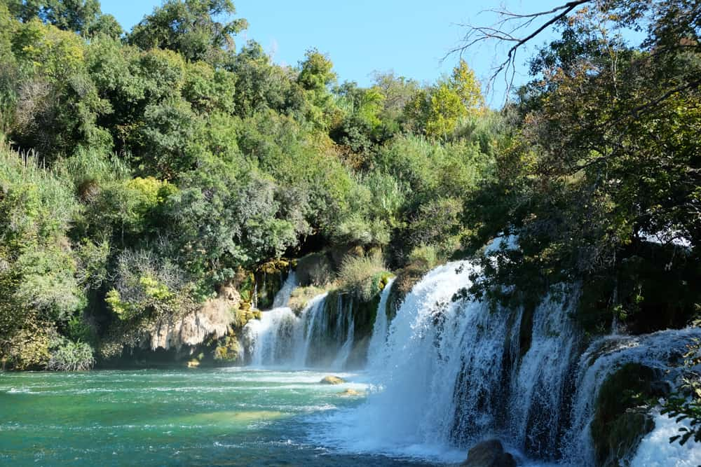 Baignade près des cascades dans le parc de Krka en Croatie ©Etpourtantelletourne.fr