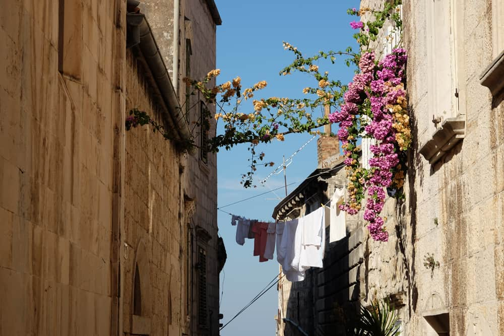 Visite de la vieille ville de Korcula en famille : les jolies ruelles ©Etpourtantelletourne.fr