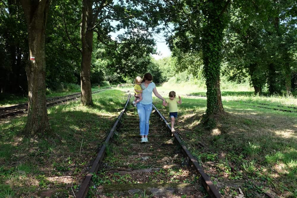Balade en famille à la gare de Médréac ©Etpourtantelletourne.fr