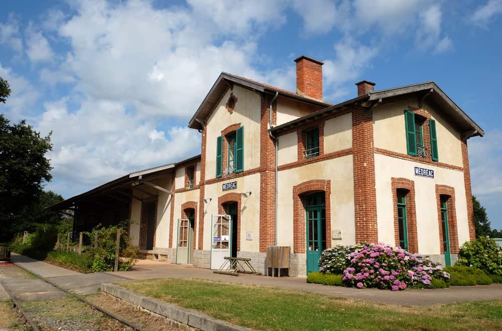 Le vélo-rail et la gare de Médréac (Ille et Vilaine) ©Etpourtantelletourne.fr
