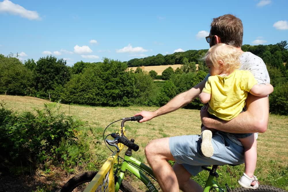 Le vélo-rail de Médréac avec des enfants ©Etpourtantelletourne.fr