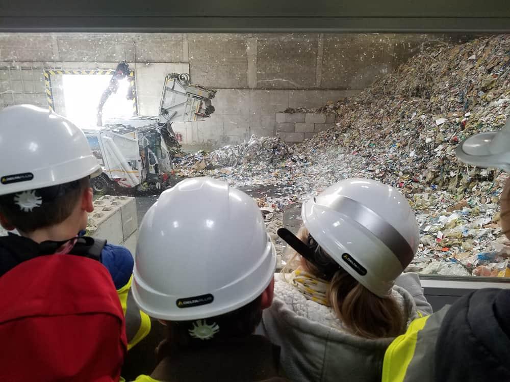 Visite du centre de tri de Rennes Métropole : le hall des apports