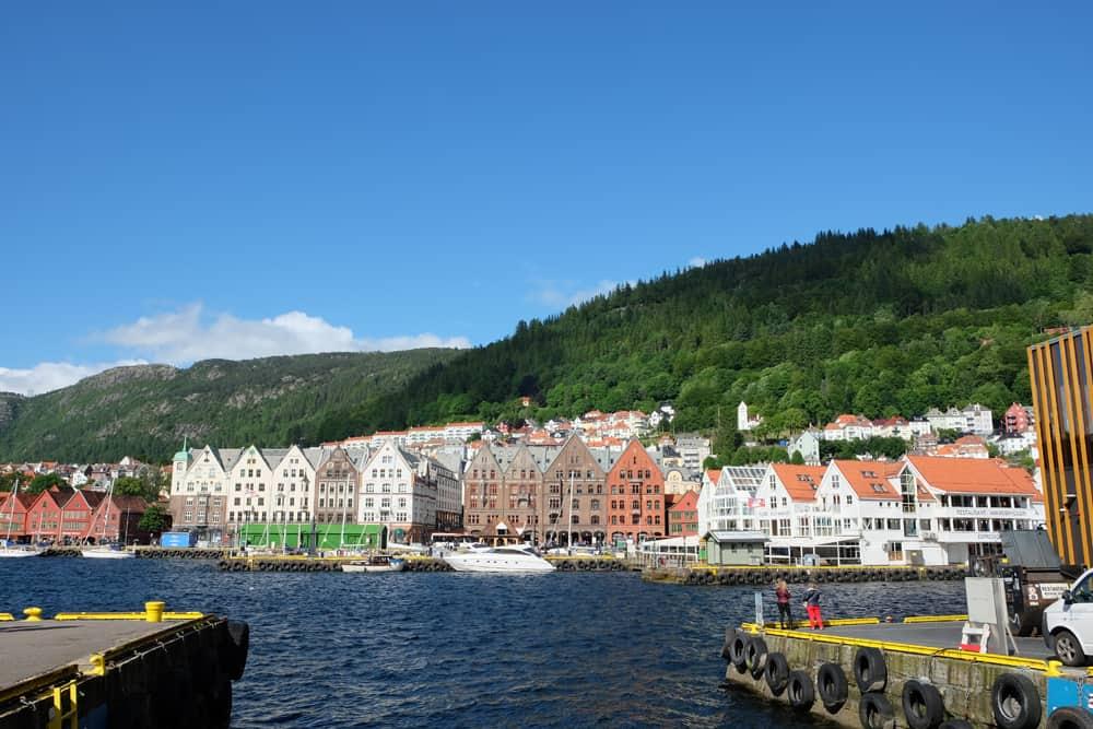 Vue sur le port et les vieilles maisons en bois de Bergen ©Etpourtantelletourne.fr