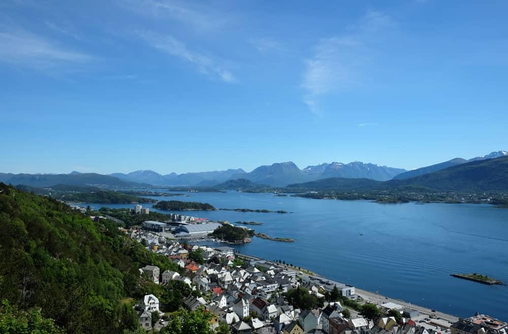 Point de vue panoramique du Mont Aksla sur Alesund et le fjord ©Etpourtantelletourne.fr