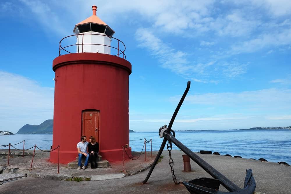 Balade sur le port d'Alesund, phare rouge et blanc au bout de la digue ©Etpourtantelletourne.fr