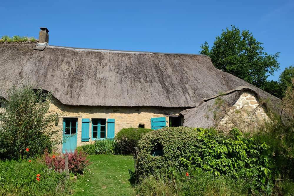 Maison de pierre et de chaume en Brière ©Etpourtantelletourne.fr