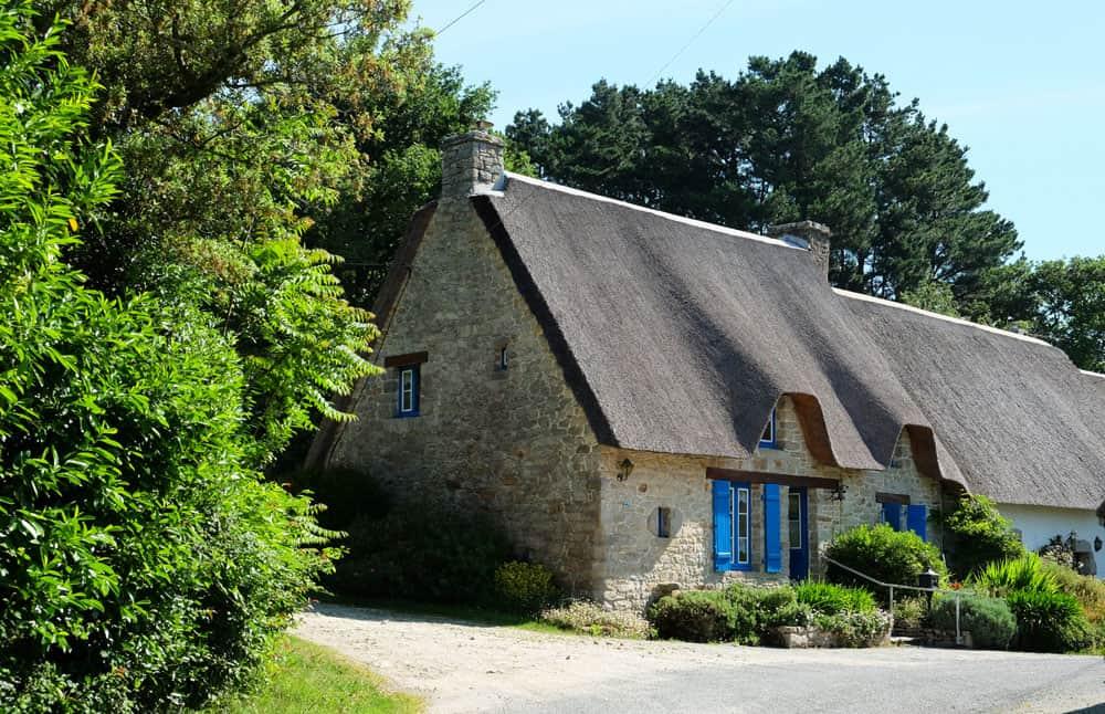 Randonnée en Brière avec les maisons aux toits de chaume ©Etpourtantelletourne.fr