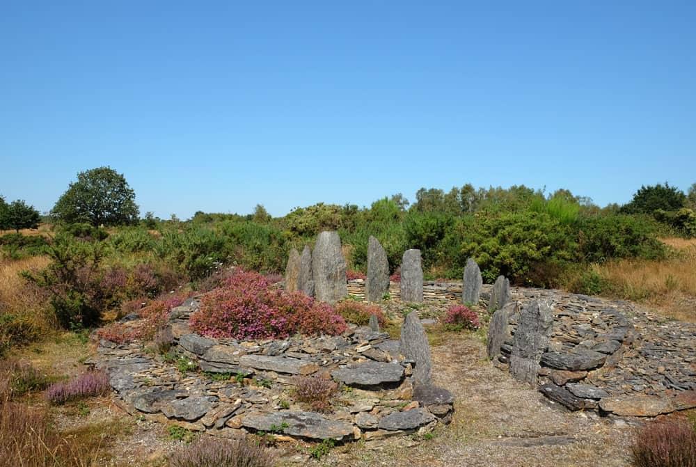 L'ensemble de la Croix Saint-Pierre - site mégalithique de Saint-Just en Bretagne ©etpourtantelletourne.fr