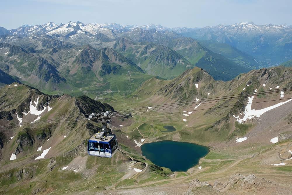 Montée en téléphérique vers le Pic du Midi ©etpourtantelletourne.fr