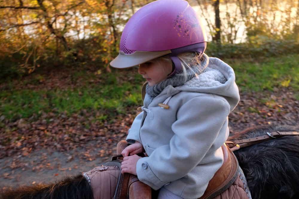 Idée d'activité en famille autour de Rennes : une balade à poney au centre équestre de Fénicat ©etpourtantelletourne.fr